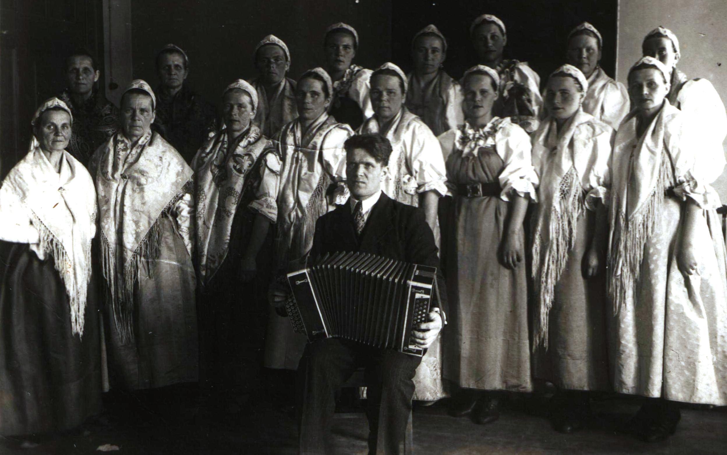 Сумпосадская фольклорная группа. Фото из семейного архива Гарусовой Е.С.