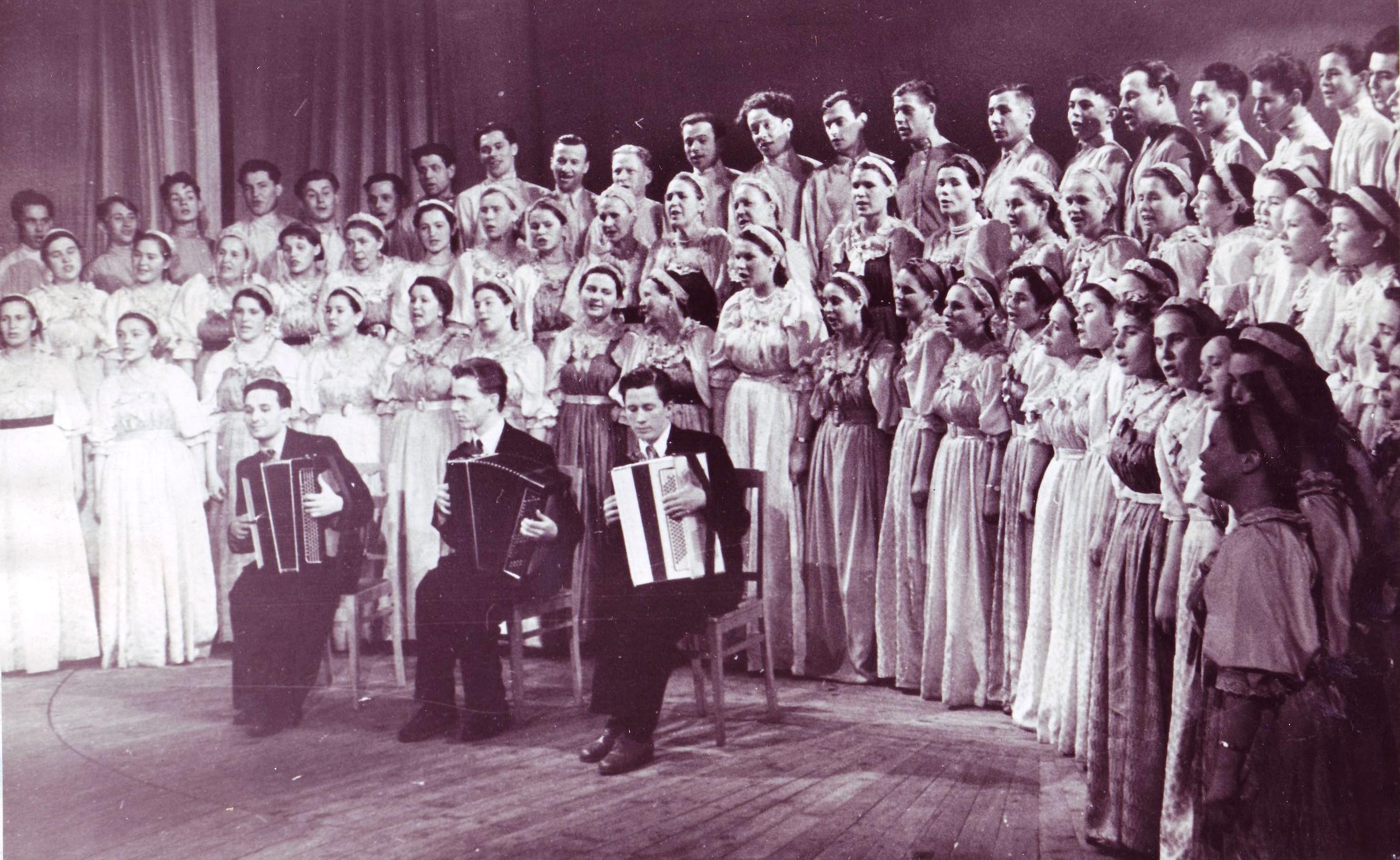 Поморский народный хор. Третий слева в третьем ряду Б.К. Игнатьев. Беломорск. 1958 г.