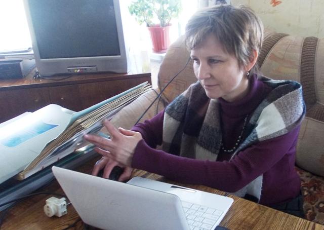 О.А. Степанова слушает рассказ И.И. Отавина. Фото С. Кошкиной, 12 марта 2013 г