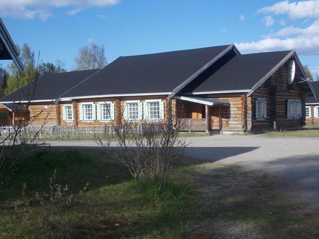 Деревня Вокнаволок. Здание средней школы. Фото О.Степановой. 23.05.2013 г.