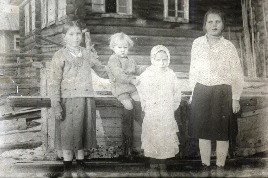 Лиза, Боря, Катя Федотовы и Мария Якимова в день открытия ББК. Выгостров. 1933 г.