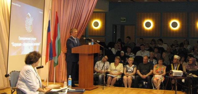 А. П. Худилайнен приветствует участников Гражданского форума. Фото О. Степановой