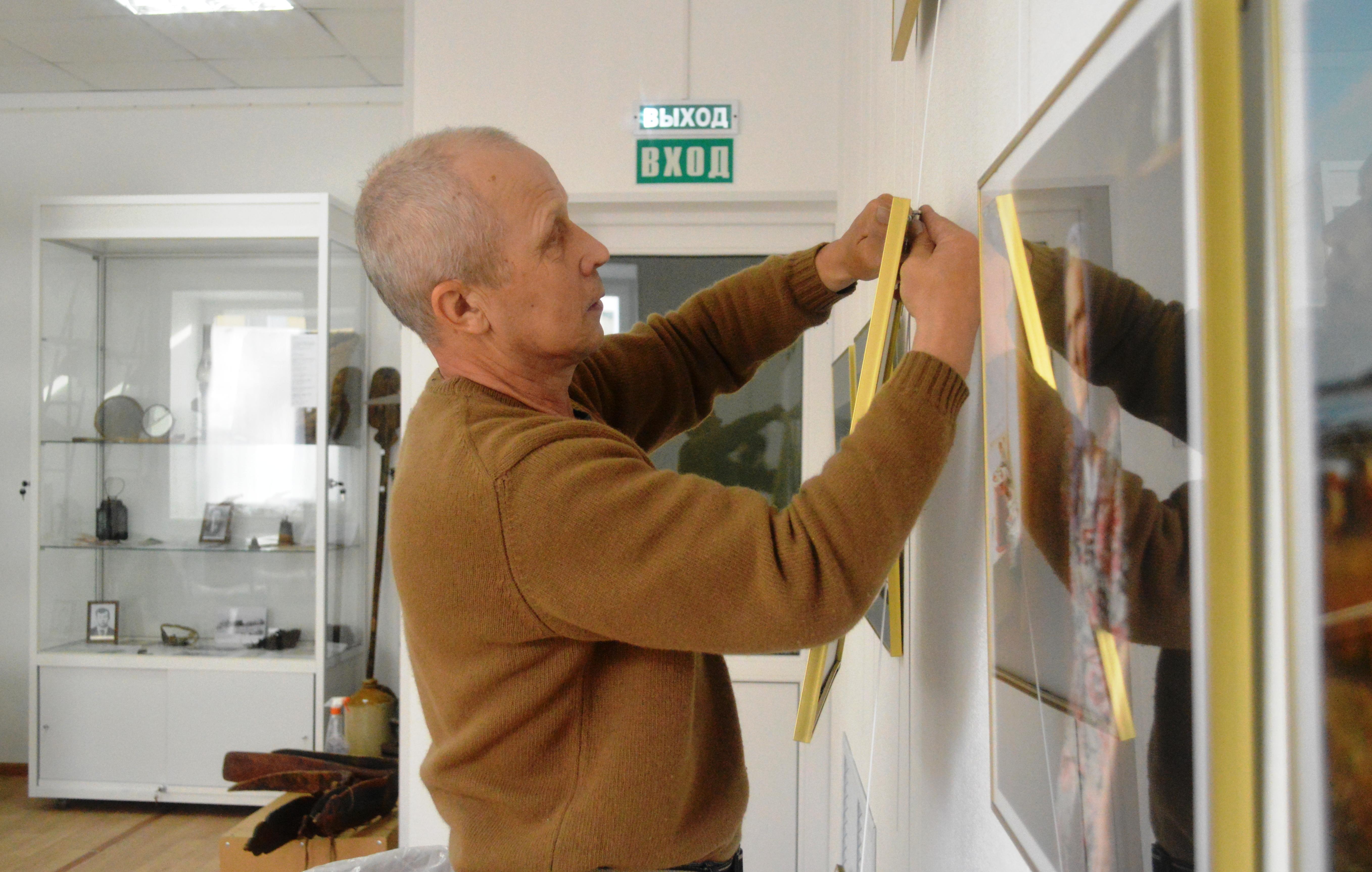 Виктор Дрягуев. Монтаж фотовыставки. Фото С. Кошкиной