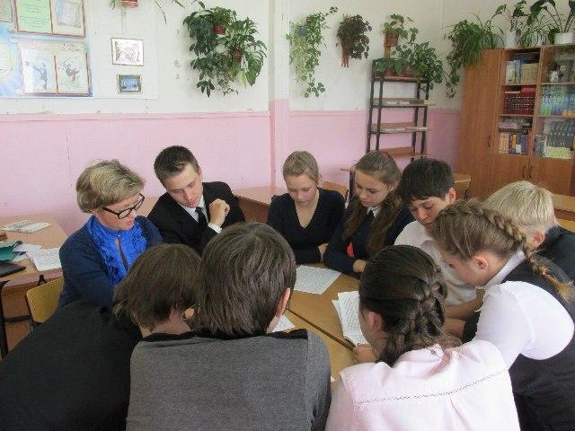 Учащиеся 10 класса Сумпосадской средней общеобразовательной школы и Л. В. Соболева, учитель  русского языка и литературы