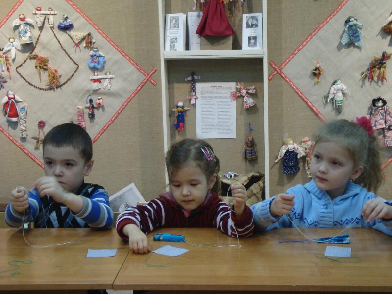 muzey-masterskaya-rukodeliya-pomorya-zanyatiye-po-izgotovleniyu-kukly-oberega-provodit-pedagog-i-g-ilina-noyabr-2011